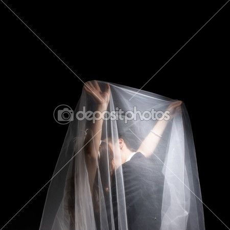 A married couples under the veil - persone, bacio, fidanzamento, floreale, giocoso, insieme, lo stile di vita, matura, relazione, rilassante, ritratto, sorridendo, sposa, sposato, uomo, Anello, Bellezza, Giocando, abbracci, all'aperto, ama, azienda, bouquet, couple, emotional, enjoying, fashion, feeling, female, fun, giovanile, groom, happiness, i fiori, liete, look, male, periodo estivo, risata, romantic, splendida, storia d'amore, tulip, two, under, union, veil, wedding, woman, young