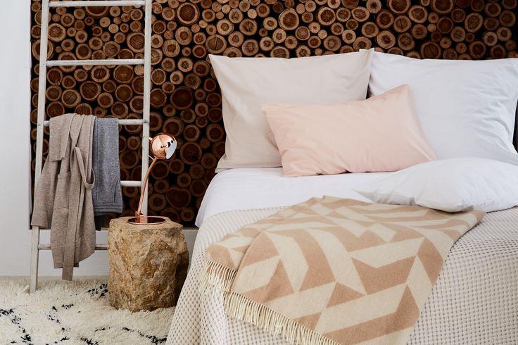 Wolldecke Farum aus feiner Merinowolle für die kalte Jahreszeit. Bettwäsche Manteigas aus 100% zertifizierter Bio-Baumwolle. Moderne skandinavische Accessoires und Textilien von URBANARA.