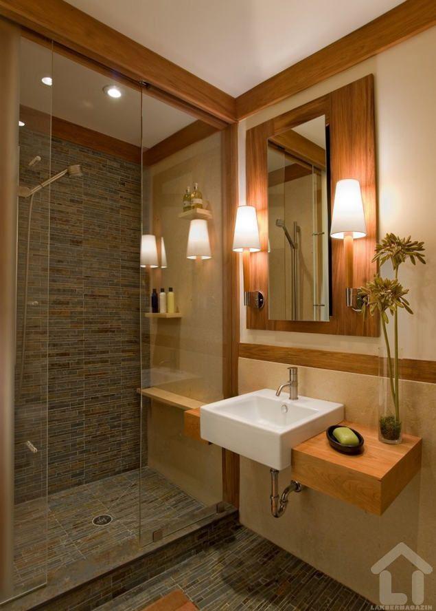 Meleg fa keretbe foglalt fürdőszoba kompozíció szimpla, de annál látványosabb vastagságú fa pulttal és ráültetett szögletes mosdóval