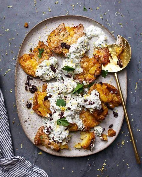 Zerdrückte Zitronenkartoffeln mit Joghurt, Feta und Kräutern