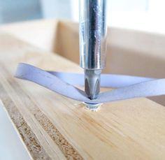 Heb je per ongeluk de schroef doorgedraaid? Dankzij dit handige trucje hoef je er geen koevoet bij te pakken om die doorgedraaide schroef los te krijgen!