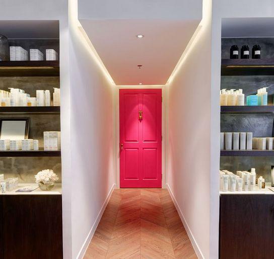 CORREDOR DESPOJADO | é bom evitar decorar paredes de corredores estreitos, mas isso não impede você de dar um toque especial neste espaço da casa: pinte a porta do fundo em pink e leve amplitude e despojamento ao corredor! #Tecnisa #OutubroRosa #DecorRosa #Corredor #Pink #TecnisaDecor Foto:WeHeartUK