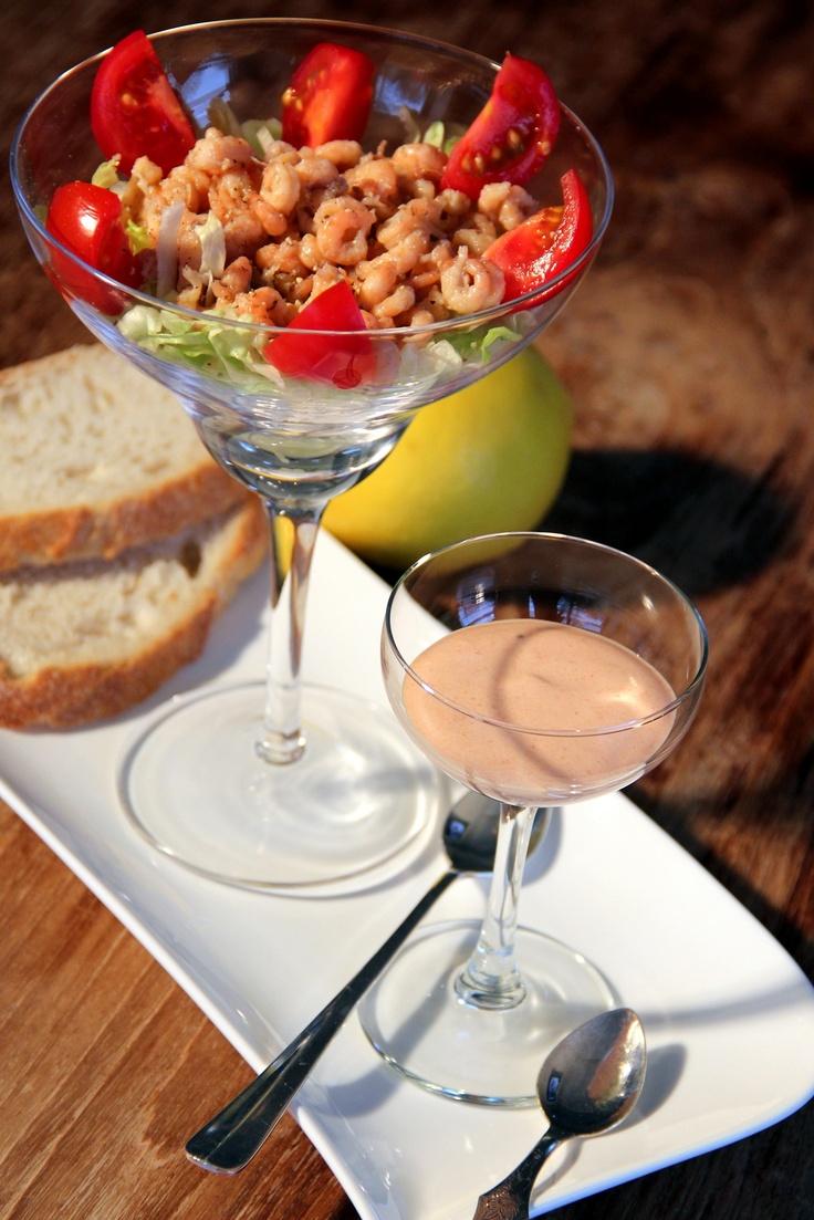Lekker ouderwets, een Hollandse garnalencocktail met zelfgemaakte Whiskeysaus; bestaande uit mayonaise, tomatenpuree, peper, Whiskey en wat stijfgeslagen slagroom. Wel apart erbij serveren hoor!