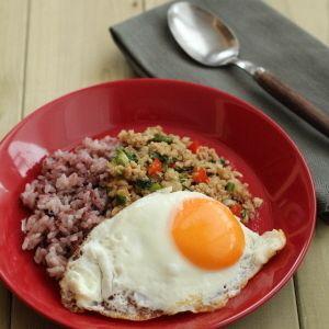 セロリの葉で・・ガパオライス風 by 森崎 繭香さん | レシピブログ - 料理ブログのレシピ満載! ありあわせの食材でパパッとできる、休日ランチの定番。  バジルがなくてもセロリの葉っぱさえあれば、それっぽく仕上がります。    目玉焼きをくずして、よく混ぜてお召し上がりください!