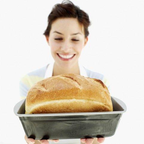 Az otthon sütött kenyérnek a bolti pékáruval szemben nagy előnye, hogy pontosan tudhatod, mit tartalmaz. A kovászkészítéstől sem kell megijedni, ajánlunk hozzá kétféle receptet.