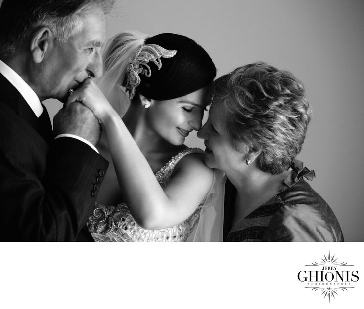 Важный эмоциональный кадр. Невеста с родителями.  Как снято: мягкий свет, герои стоят у окна (мать отвернута от света, дочь и отец смотрят на него).