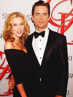 Matt and Hilarie not at work as Sara and Neal. love the hand clasp behind her back :)