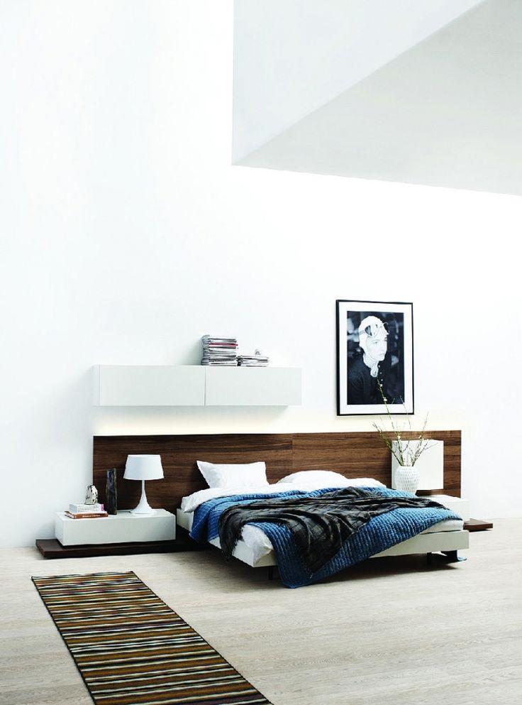 BoConcept moderní minimalistická postel - ořechová dýha s bílými prvky / double bed