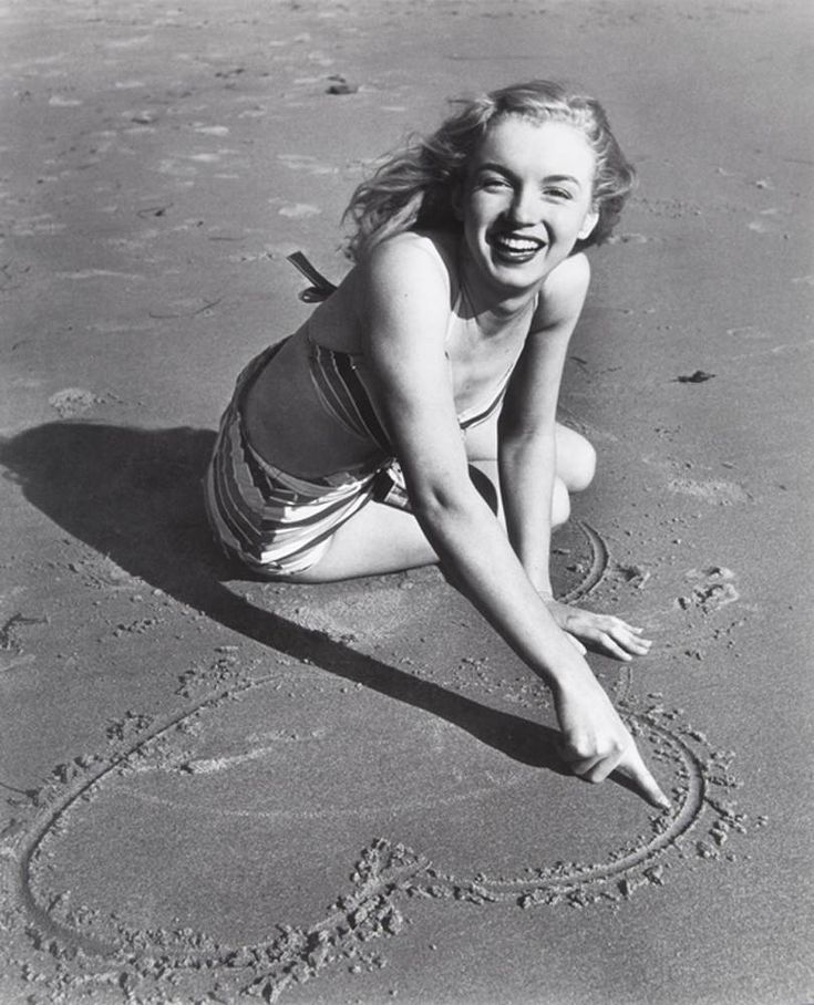 MarilynA Mini-Saia Jeans, Marilyn Monroe, Black And White, Marilynmonroe, At The Beach, Joseph Jasgur, Norma Jeans, Joseph Gordon-Levitt, White Photographers