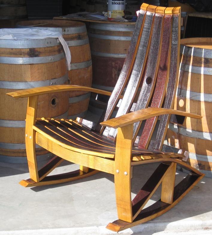 Chaise à bascule faite dans des tonneaux de vin -   a rockingchair made out of old wine barrels in Paso Robles