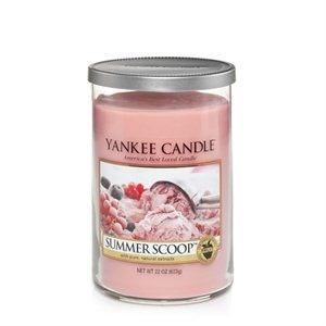 Summer Scoop    Härliga minnen av krämig hemmagjord jordgubbsglass en varm sommardag. En kula eller kanske två?