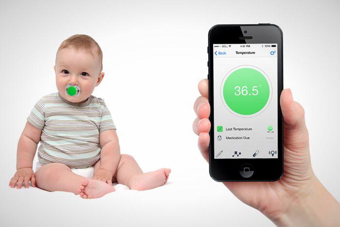 Elektroniczny smoczek to przede wszystkim bezprzewodowy termometr – umieszczone w nim sensory cały czas mają pod kontrolą temperaturę dziecka, a informacje przesyłają na smartfony. Każdy pomiar otrzymuje czasowy znacznik, dzięki temu każda mama wie, jak zmieniała się temperatura jej pociechy w czasie. Dodatkowo smoczek alarmuje rodziców, jeżeli dziecko go wypluje bądź jeżeli ktoś znajdzie się w zaprogramowanym wcześniej obszarze.