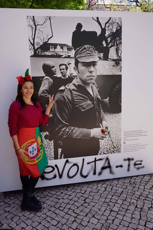 Portugal. Lisboa. Largo do Carmo Lisboa 25-04-2014, Revolta-te..... de Alfredo Cunha