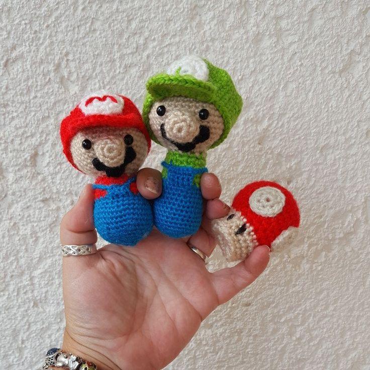 Amigurumi de Mario y Luigi con seta de regalo