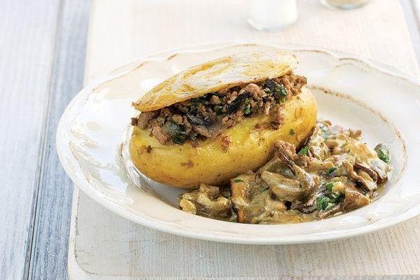 Ψητή πατάτα με γέμιση κιμά και σάλτσα μανιταριών - Όλα Για Την Γυναίκα