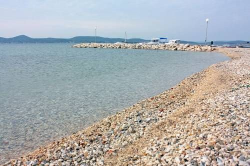 Apartment Sukosan 5820c Suko�an Apartment Sukosan 5820c is situated in Suko?an, 12 km from Zadar. Free WiFi is featured throughout the property and free private parking is available on site.  Every room at this guest house is air conditioned and has a TV.