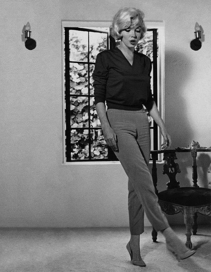 Maquillage classique (trait d'eye-liner et bouche rouge) pour l'icône Marilyn Monroe