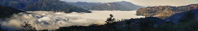 Biển mây Y Tý    Người ta vẫn thường bảo nhau rằng, để săn được mây ở Y Tý thì phải có duyên chứ không phải ai lên đó cũng gặp mây. Được hôm trời quang mây trôi lơ lửng, nắng đẹp thì may chứ đúng hôm trời âm u, sương mù dày đặc thì coi như công cốc.    L Vietttel IDC Tòa nhà CIT, Ngõ 15 Duy Tân - Cầu Giấy - Hà Nội