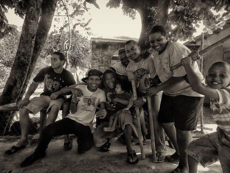 """Если в Доминикане вам идут навстречу пацаны с бейсбольными битами, не стоит сразу пугаться. В этих краях играют не в привычный нам футбол, а в бейсбол. Единственная причина, по которой они могут к тебе пристать, это """"Дяденька, сфотографируйте нас!"""". Доминикане (и, конечно же, доминиканки) очень любят фотографироваться. Причем им важен сам процесс, они не просят выслать им фото.  И еще, что они очень любят, так это своих младших братишек и сестренок - на фото можно увидеть, как нежно держит…"""
