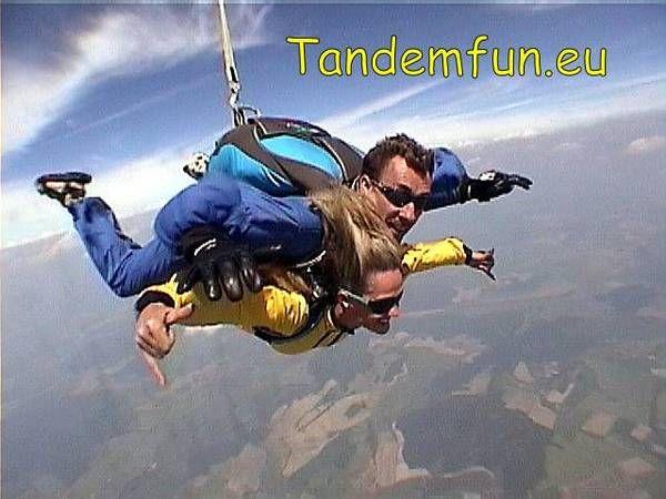 Fallschirmspringen nähe Regensburg mit Edi Engl und Team Tandemfallschirmspringen in Dingolfing und Klatovy aus bis zu 6000 Meter Gutscheine als Geschenk zum Geburtstag kannst Du schnell online kaufen.