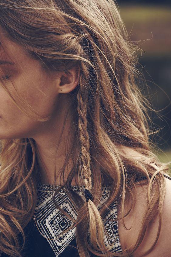 Cheveux attachés avec des petites tresses printemps-été 2016