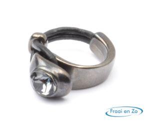 Antraciet kleurige ring met puntsteen in combinatie met leer. Leuk en makkelijk zelf maken.