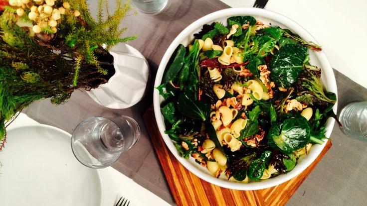 Salat med pasta, valnøtt og sennepsvinaigrette