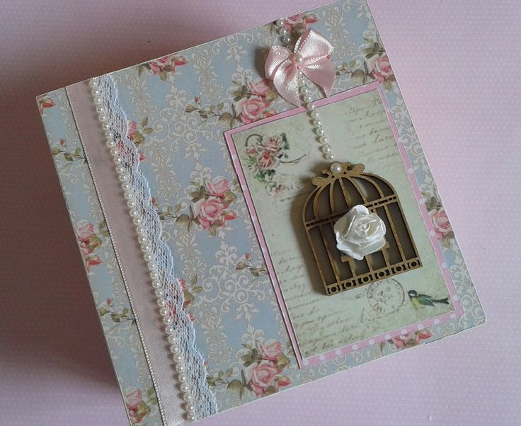 Caixa em MDF com pintura interna, encapada com papel especial para Scrapbooking e decorada no <br>estilo Shabby Chic. <br>Dimensões: <br>Tampa: 13x13x2,0cm <br>Caixa: 12x12x5,5cm <br>NÃO ESTÁ INCLUSO O ESPÍRITO SANTO. <br>Consulte disponibilidade de estampas! <br>Qualquer dúvida contate-nos.
