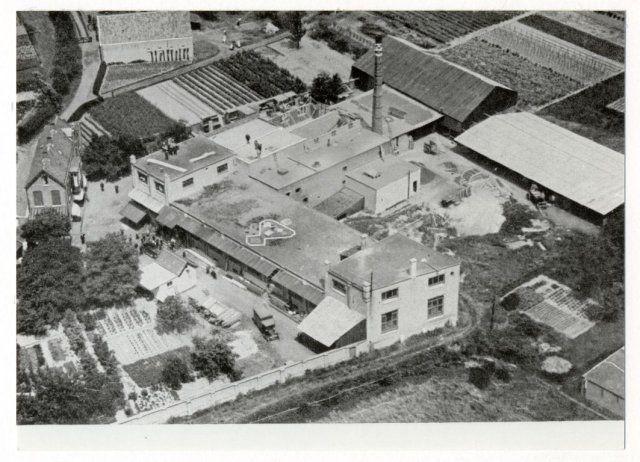 """Bedrijfskomplex van Lachapelle Parketfabriek. Het pand bestaat anno 1988 niet meer. Uit: """"Nederland's Grootste bedrijven vanuit de lucht"""" onder redaktie van Jhr. Jan Feith."""