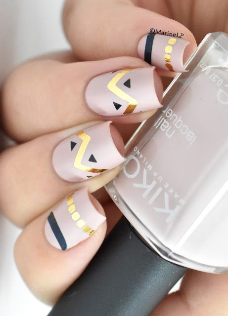 You always think that only sophisticated designs can rock your nails? I have to say that you are misled. Even some simple shapes and simple elements can create a stylish nail art.
