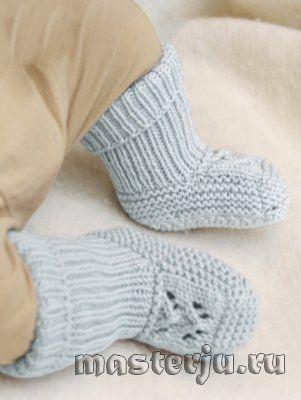 Высокие носки с ажурной вставкой для малыша от Drops Design, вязаные спицами