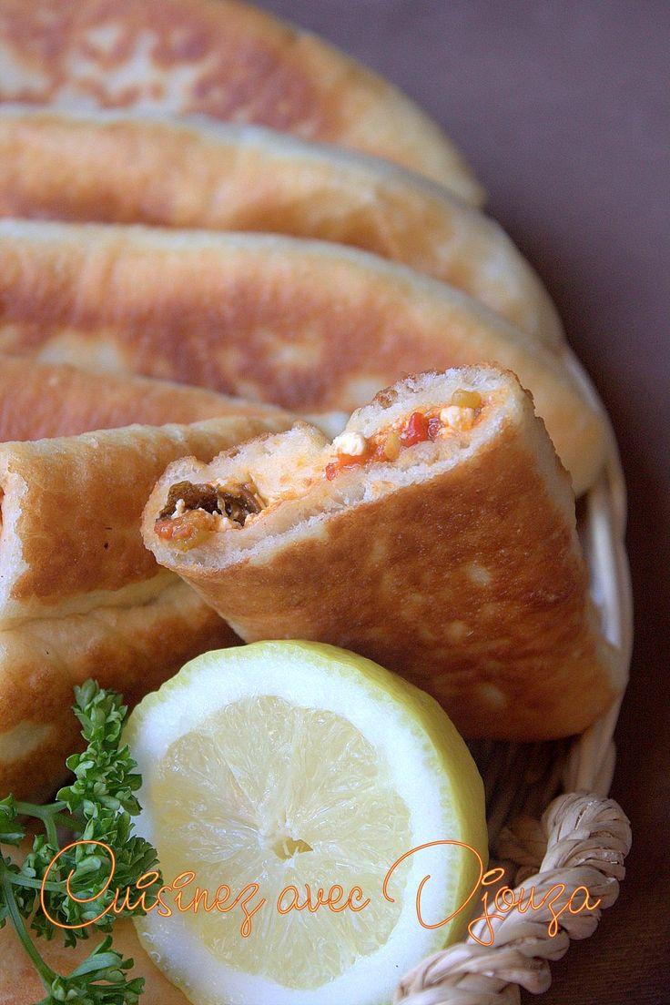Bonjour, je vous propose une nouvelle recette ramadan pour remplacer les bricks ou boureks. Ces beignets salés sont solaires, faciles, très gourmands et savoureux. On obtient un beignet gonflé, léger sans mie doncnon bourratif. Avec la quantité de pâte préparée, on obtient un bon nombrede beignets farcis que l'on pourra congeler pour d'autres repas. Pour la garniture j'ai pris dans le réfrigérateur : de la salade de poivron mechouia bien piquante, de fromage de feta et de la coriandre…