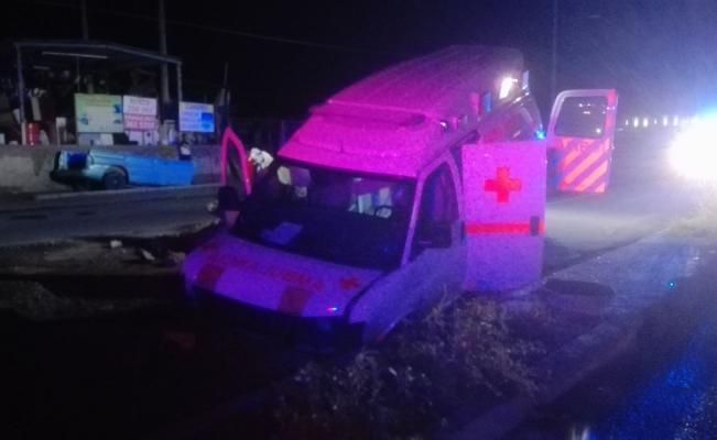 Ambulancia de la Cruz Roja cae en socavón - El Universal