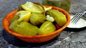 Фото к рецепту: Огурцы, маринованные без уксуса - с водкой, лимоном и мятой