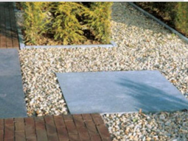 Combinatie grote tegels kleine steen en grind