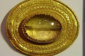 Escondido numa necrópole situada no alto das montanhas do Cáucaso, na Rússia, pesquisadores descobriram o túmulo de um guerreiro enterrado com jóias de ouro, malha de ferro e várias armas, incluindo um conjunto de espadas de 91 centímetros de ferro entre as suas pernas.