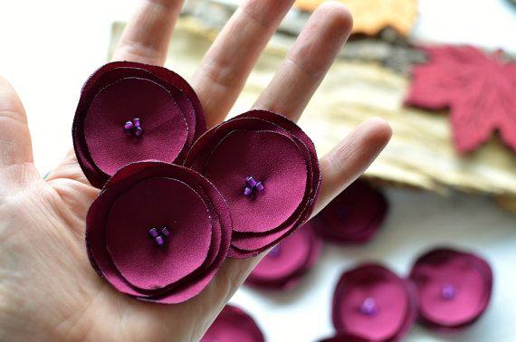 Handmade Stoff Blumen - aufnähen Applikationen  Durchmesser-ungefähr 2 Zoll (5cm);  Materialien verwendet, Krepp Gewebe, Glasperlen;  Farben-dunkel Cranberry Stoff, lila Glasperlen;  Menge-15st;  Stoff Blumen Verzierungen einsetzbar für verschiedene Nähen, verzieren, dekorieren Projekte -Haar-Zubehör (Bobby Pins, Stirnbänder, Haargummis) -Hochzeit Kunsthandwerk (Blumensträuße, Hochzeitssuite Nierenwärmer, Knopflochblumen dickbauchigen Blumen) -Haus Dekor (Blumen mit Stielen, Inhaber von…