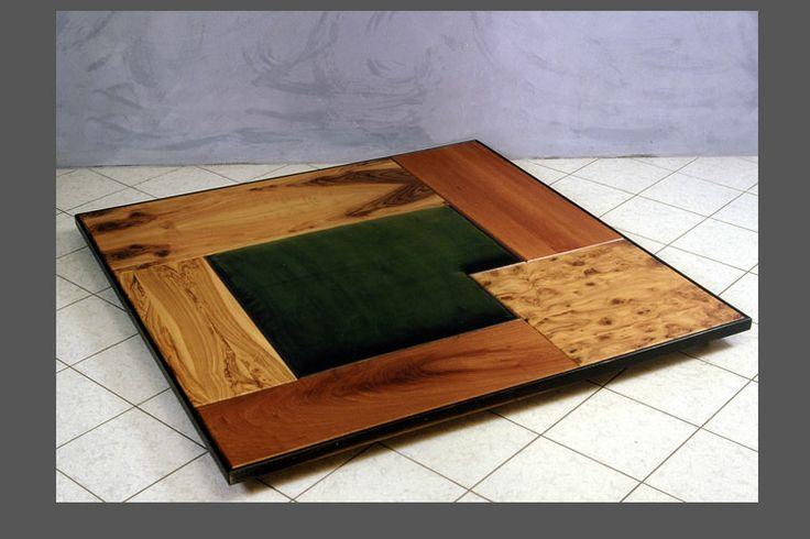 tappeto composto di varie essenze di legni pregiati e velluto centrale
