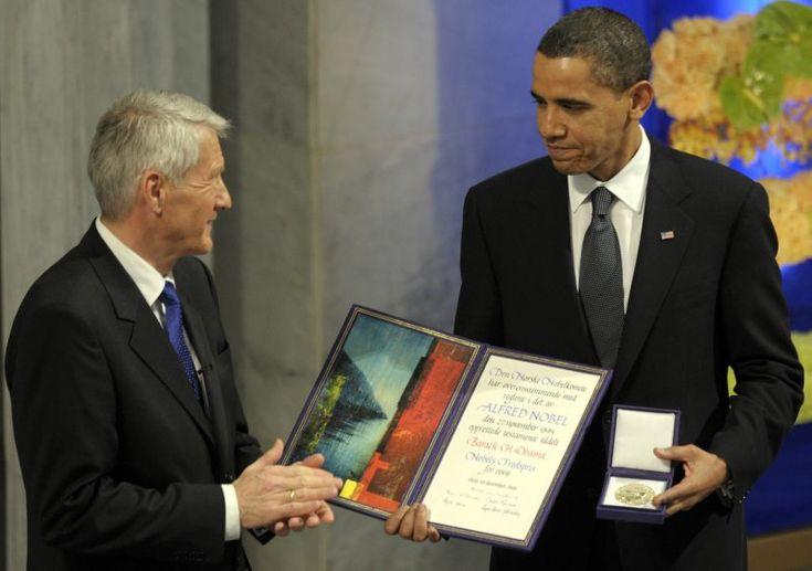 Obama ontvangt op 10 december 2009 de Nobelprijs voor de vrede uit handen van Thorbjørn Jagland (Nobelprijs-comité).