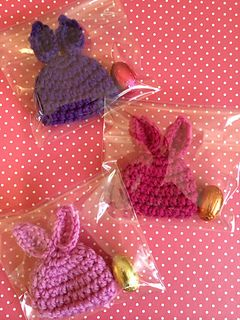 Free crochet pattern for this cute little egg cosy. An easy Easter gift project - pop it on a chocolate egg or keep your boiled egg warm!
