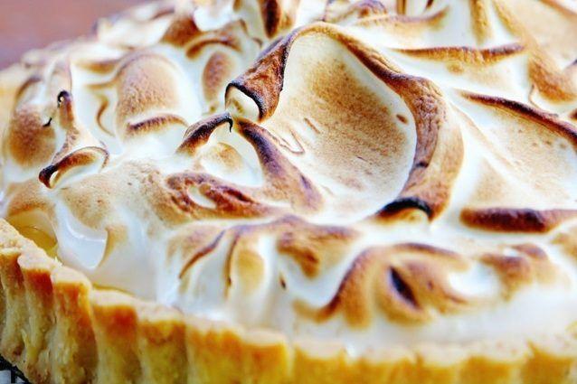 La lemon meringue pie è un tradizionale dessert americano a base di pasta frolla, una profumatissima e golosa crema al limone chiamata lemon curd e ricoperta da una soffice meringa.