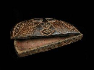 117 Rotholzpulver-Deckeldose (TRIBAL ART) Kuba, DR Kongo Holz. H 3 cm. B 22 cm.   Provenienz: Nachlass Kurt Hösli-Brutschin (1928-2006), Basel.