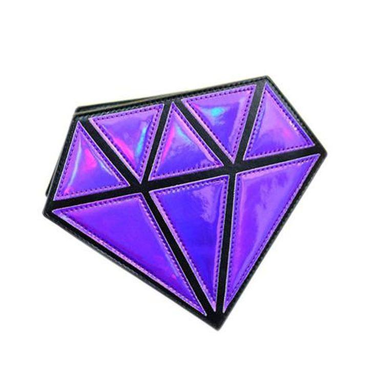 Bolsa Diamante Diamond Roxa Holográfica. A moda holográfica chegou pra ficar! Acessórios divertidos, como a bolsa em formato de diamante, deixam o look despojado, mas sem abrir mão da sofisticação! :)