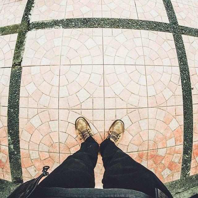 2 tahun lalu ketika saya mencoba membuat karya fotografi untuk tugas akhir menyelesaikan studi dkv , blok keramik kuning dengan motif kotak dan seperempat bulat ini menghiasi trotoar jalanan #AsiaAfrika menemani saya mengeksplor jalanan ketika itu. Mungkin trotoar bandung telah berubah sekarang menjadi lebih baik pertanda pemerintahan yang lebih maju dan menuju #BandungJuara  Terimakasih kang Emil  @ridwankamil