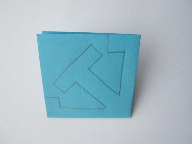 Voor de meest simpele variant van een papieren sneeuwvlok knippen, vouw je een vouwblaadje (vierkant dus) twee keer dubbel en teken je er onderstaande vorm op: