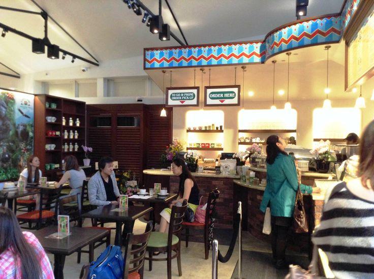 『Urth Caffe(アースカフェ)』内部。アースカフェの国内最初の代官山店は、八幡通りに面した、いつも人が絶えない人気店のひとつ。 http://www.urthcaffe-japan.com/