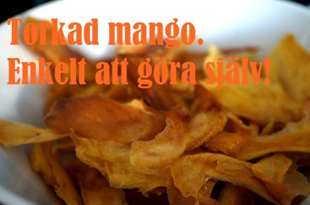 I helgen torkade jag mango. Två gånger! Torkad mango kan man köpa på bland annat Blueberry, för svindyra pengar. Ganska rimligt eftersom det tog en stund att fixa, men har man inget för sig så kan man göra det hemma. Recept torkad mango Du behöver mango, en plåt, ett ugnspapper så att mangon i