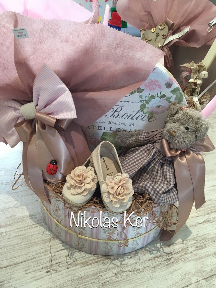 Πασχαλινή καπελιέρα με σοκολατένιο αυγό και λαμπάδα. Παπουτσάκια BABYWAKER #πάσχα