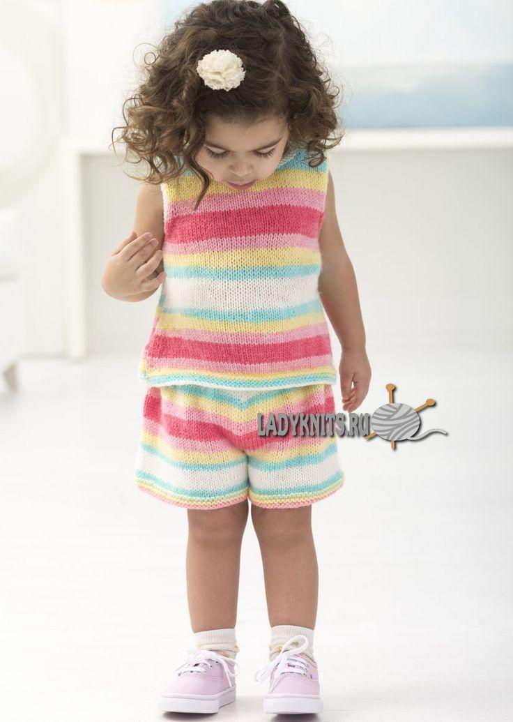 Вязаный спицами костюм из шортиков и топа для девочки