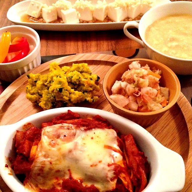 昨日のトマトデトックススープを煮詰めて挽肉をプラス、ミートソースに…そして、ラザニアへ☆  天かす豆腐は、絹ごし豆腐に天かすをふりかけて、麺つゆかけて…んで、おわり(笑)  和食強化元年違うんか…って、作りながら自分でツッコミいれときました(๑¯ω¯๑) - 20件のもぐもぐ - ラザニア☆カボチャサラダ☆山芋人参白菜のコロコロおかか和え☆パプリカのピクルス☆天かすやっこ☆豆乳ふわとろスープ☆ by zaozaozaozao